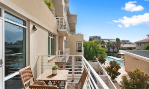 Alberts on Esplanade - Port Melbourne - Balcony with pool view