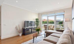 Alberts on Esplanade - Port Melbourne - Living area to balcony