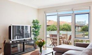 Alberts on Esplanade - Port Melbourne - Living area and TV