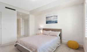 Alberts on Esplanade - Port Melbourne - Master bedroom to ensuite