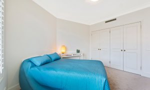 Alberts on Esplanade - Port Melbourne - Queen Bedroom with built-ins
