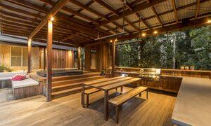 Apalie Retreat - Ewingsdale - Spa and BBQ pavilion