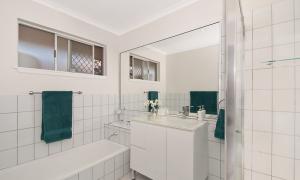 At Riverbend - Broadbeach Waters - Bathroom 1