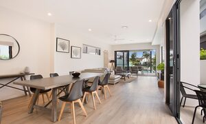 Bay Breeze - Broadbeach waters - Gold Coast - Living and dining areas