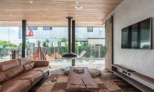 Beach Box - Byron Bay - Lounge and Fireplace