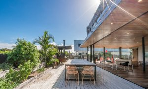 Beach Box - Byron Bay - Outdoor Dining Table and Herb Garden