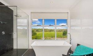 Bluewater House - bathroom with bath