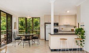 Byron Breeze 5 - Byron Bay - Clarkes Beach - kitchen and dining