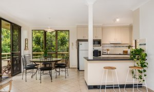 Byron Breeze 5 - Byron Bay - Clarkes Beach - kitchen and dining