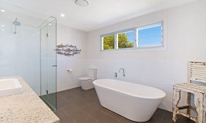 Byron View - Clarkes Beach - Upstairs Bathroom