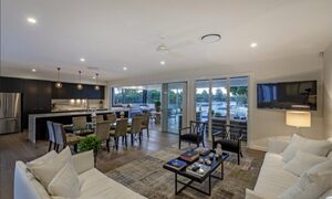 Casa Royale - Broadbeach Waters - Living and dining area