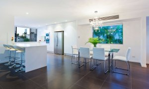 Casa Vacanze - Broadbeach Waters - Kitchen and dining