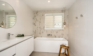 Castaway on Tallows - Byron Bay - Downstairs Ensuite of Queen Bedroom