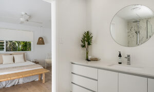 Castaway on Tallows - Byron Bay - Upstairs Ensuite Looking into Master Bedroom