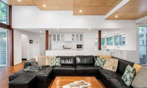Cavvanbah Seaside Cottage - Byron Bay - Lounge towards kitchen