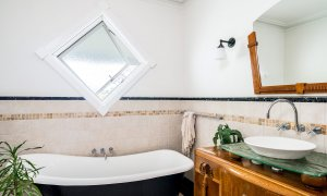 Charlottes Web - Byron Bay - Bathroom with Bath