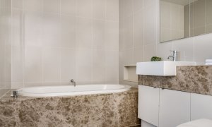 Kiah Beachside - Belongil Beach - Byron Bay - bathroom with bath.