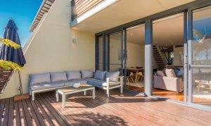 Kiah Beachside - Belongil Beach - Byron Bay - deck with outdoor lounge