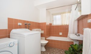 King Tide - Broadbeach - Bathroom and laundry