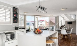 Lazy Dayz - Surfers Paradise - Kitchen and Living Area