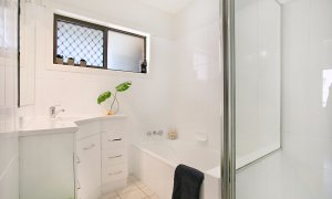 Petrel By The Sea - Nobby's Beach - Bathroom 1