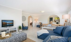 Petrel By The Sea - Nobby's Beach - Living and Dining area