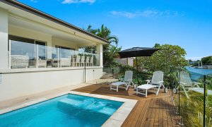 Sandy Shores - Gold Coast - Broadbeach - Pool overlooking canal