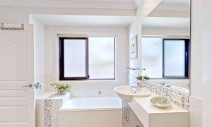 Sunnyside Up - Byron Bay - Downstairs Shared Bathroom