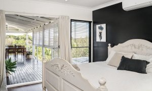 The Lazy Leprechaun - Byron Bay - Master Bedroom Looking Out to Deck