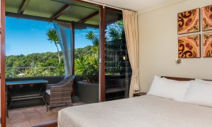 Wategos Retreats - Wategos Beach - Byron Bay - Studio bed and bush views