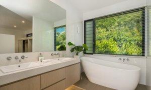 Wollumbin Haus - Byron Bay - Master ensuite bathroom with bath
