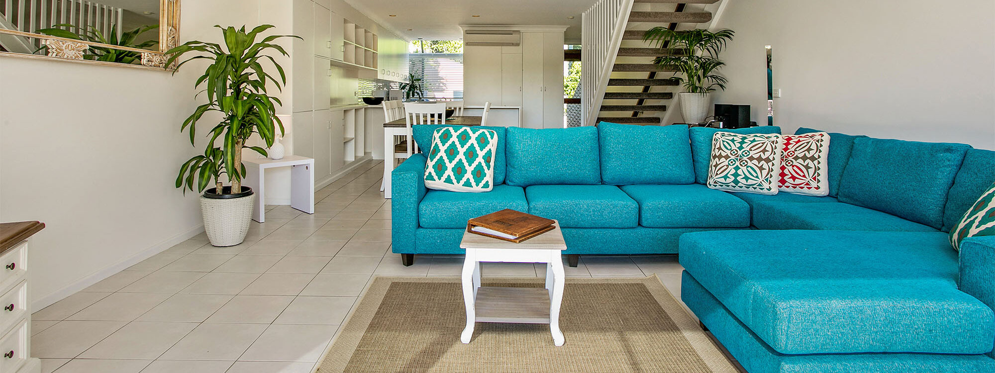 2 James Cook Apartments - Byron Bay - Living Room d