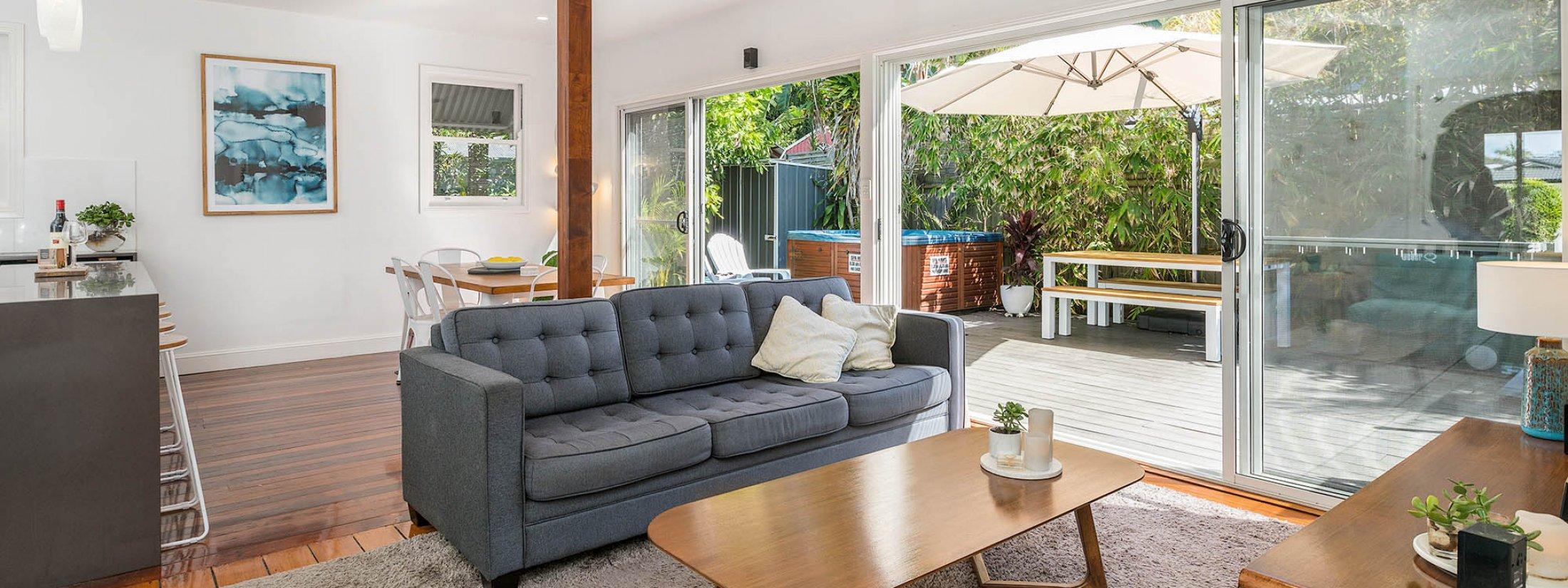 Aaloka Bay - Byron Bay - Lounge towards deck area