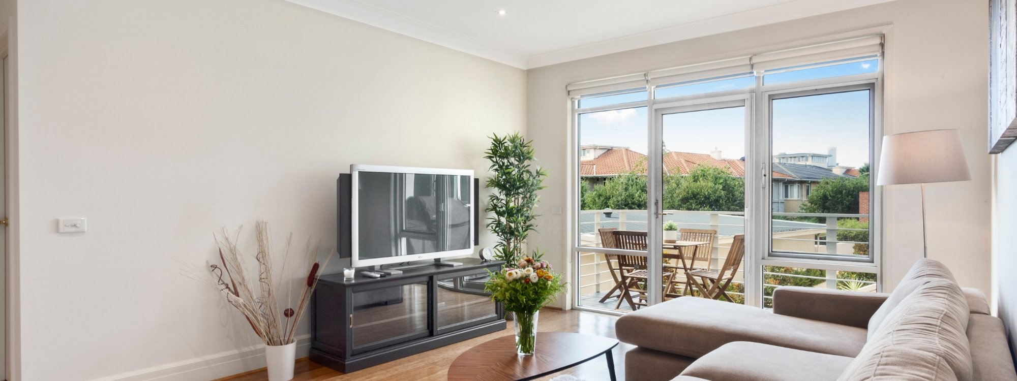 Alberts on Esplanade - Port Melbourne - Living area to balcony