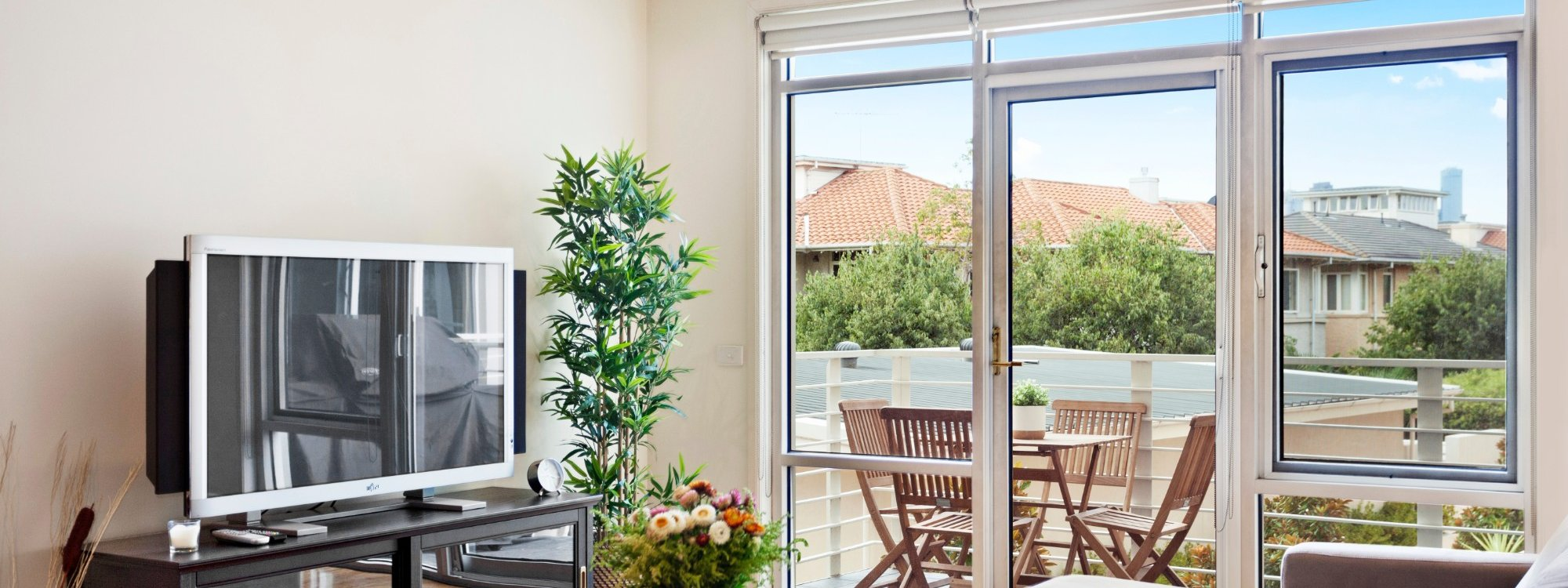 Alberts on Esplanade - Port Melbourne - Living area and TV