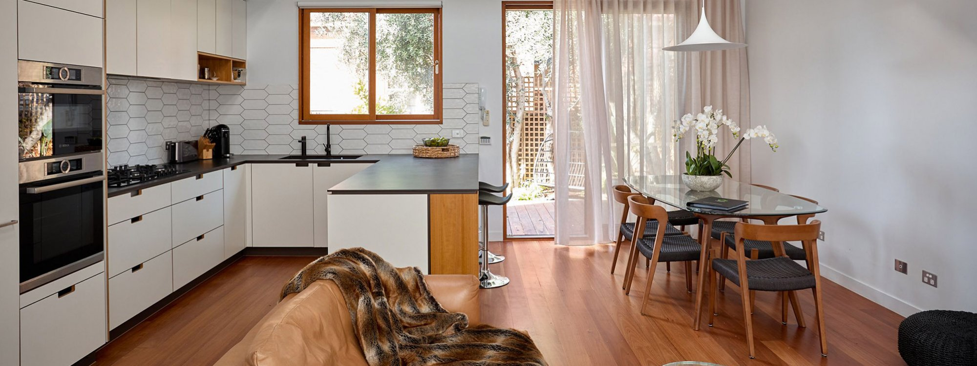 Bay Waves - Albert Park - Kitchen and dining