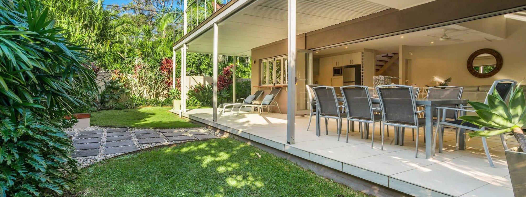 Byron Beach Style - Byron Bay - Lower Deck and Yard