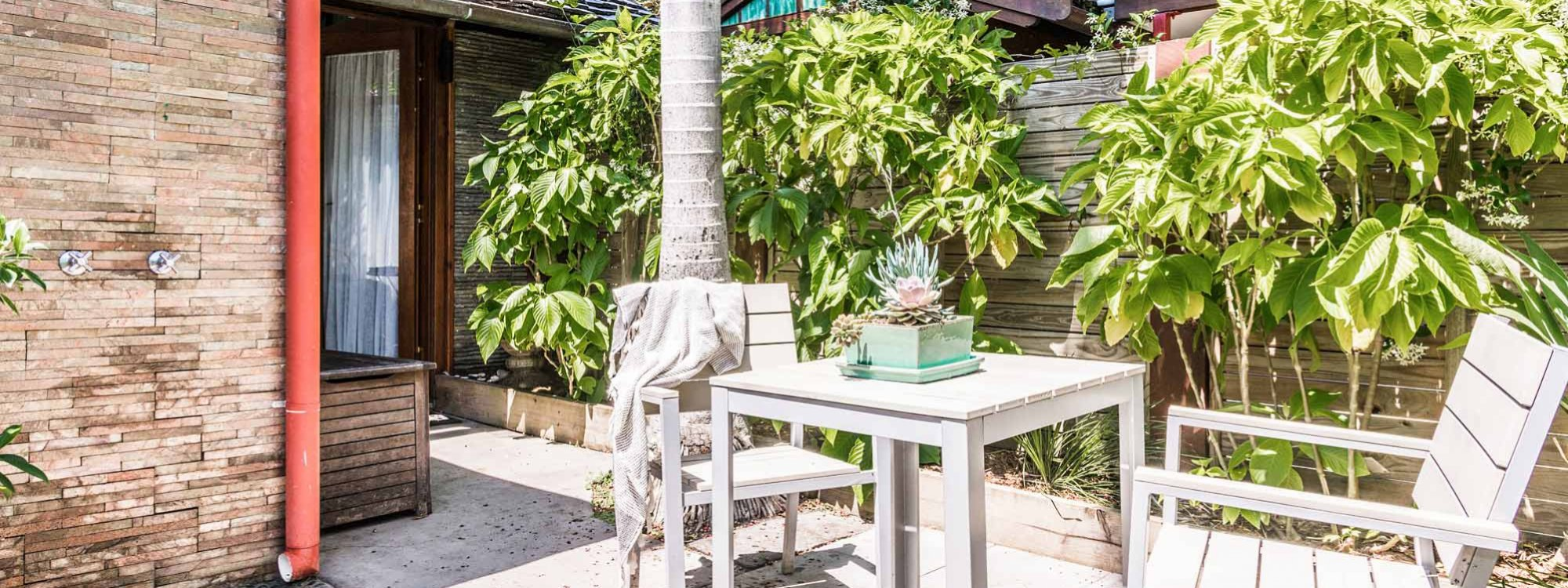 Byron Blisshouse - Byron Bay - Studio - Outdoor Shower and Table Setting