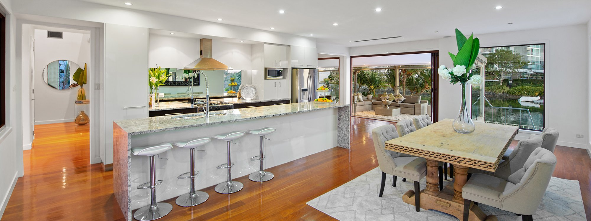 Casa Grande - Broadbeach Waters - Kitchen Dining Area