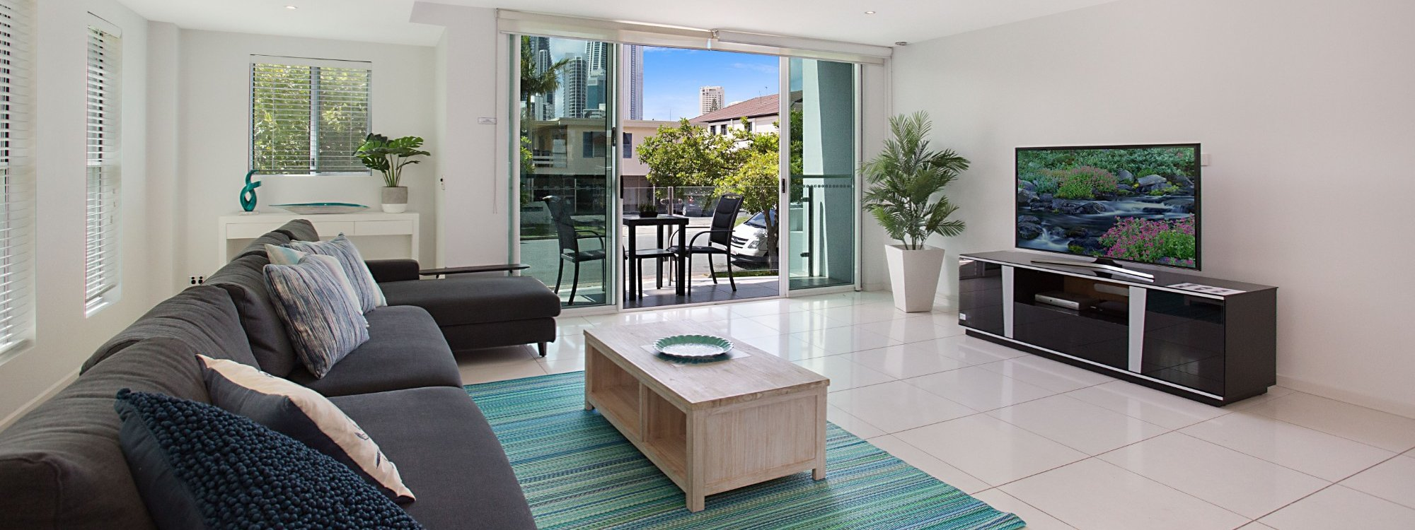 Casa Grande on the Water - Surfers Paradise - Living area with balcony