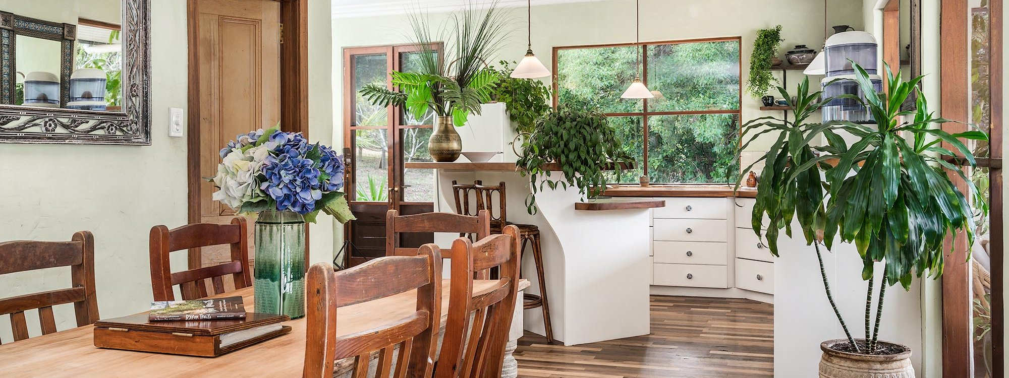 Casa Serena - Byron Bay - Dining Area Looking to Kitchen b