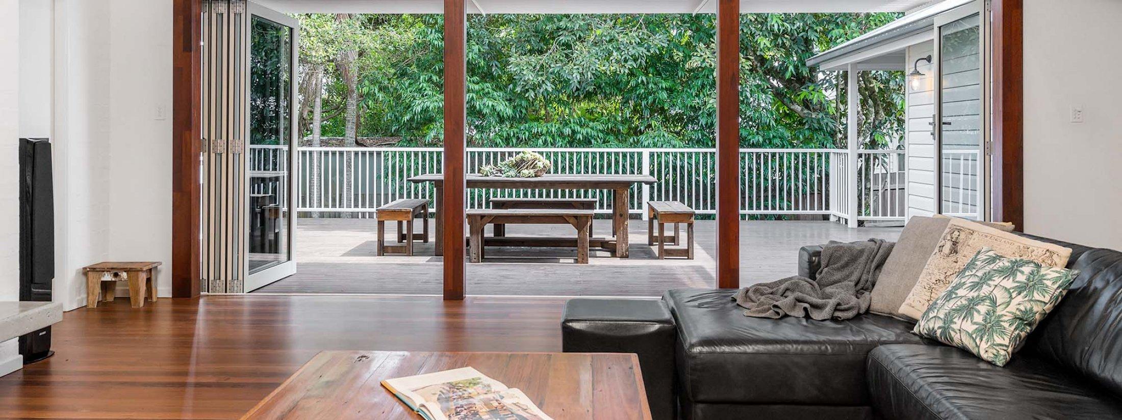 Cavvanbah Seaside Cottage - Byron Bay - Lounge towards outdoor setting