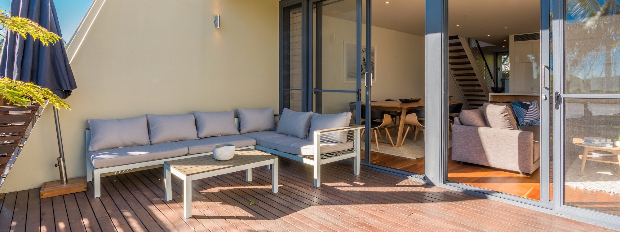 Kiah Beachside - Belongil Beach - Byron Bay - deck with outdoor lounge