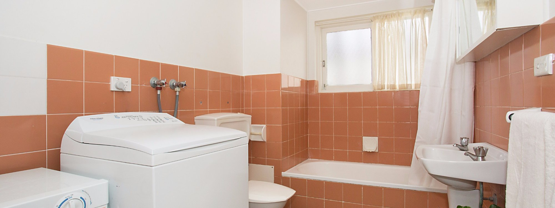 King Tide - Broadbeach - Bathroom and laundry