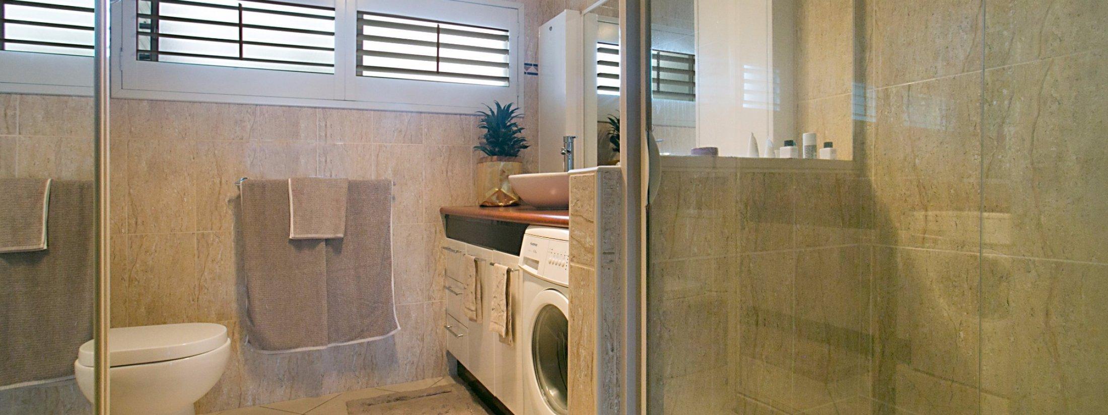 La Casetta - Broadbeach - Bathroom and laundry