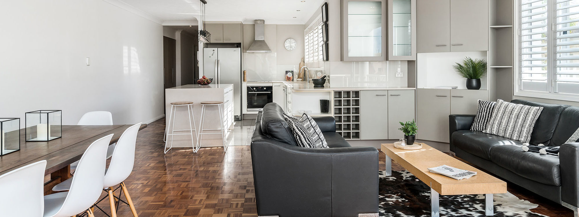 Lazy Dayz - Surfers Paradise - Living Area Towards Kitchen