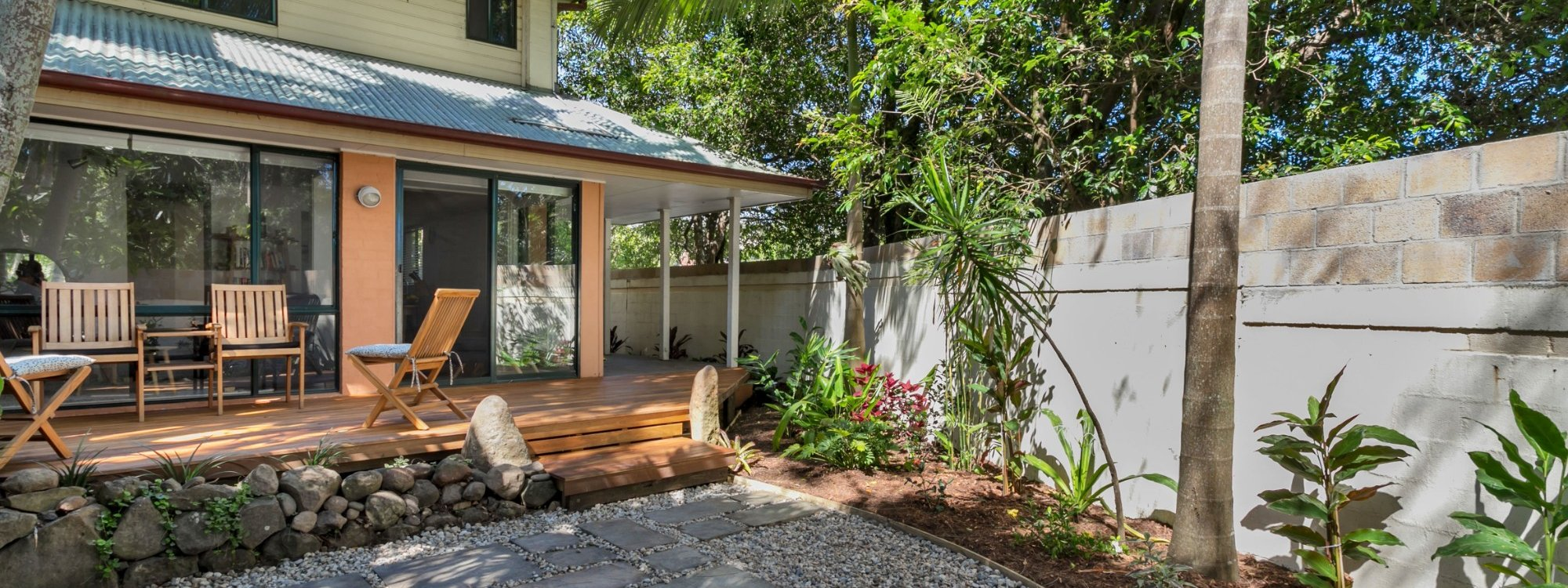 Mahogany Lodge - Byron Bay - gardens looking to rear deck area