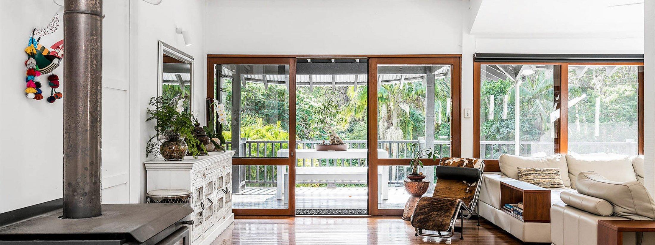 Ourmuli - Byron Bay - Fireplace and Lounge