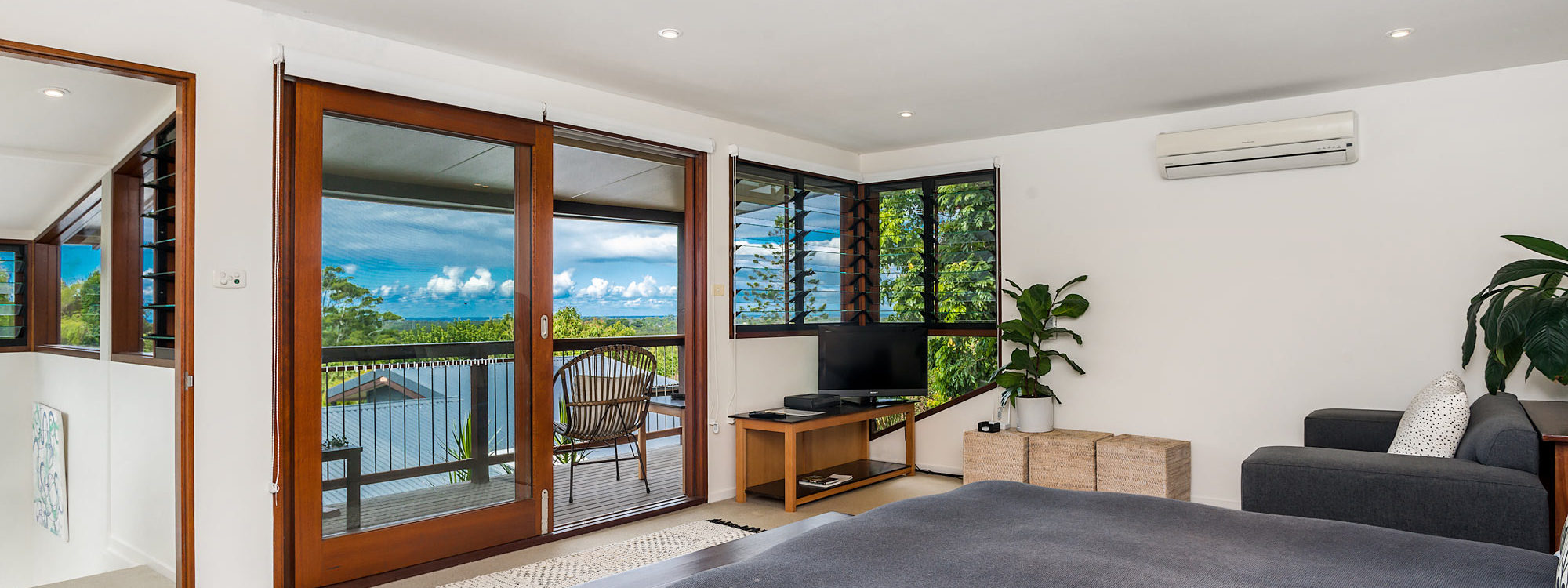 Stone and Grove - Byron Bay - Ewingsdale - Upstairs bedroom with balcony view