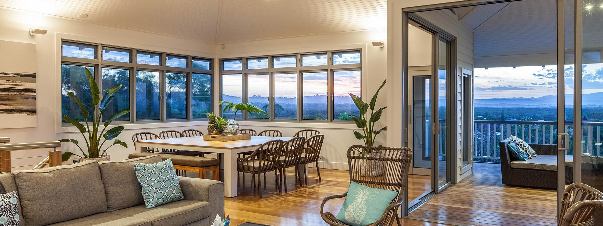 Vantage Over Byron - Dining & Living Area